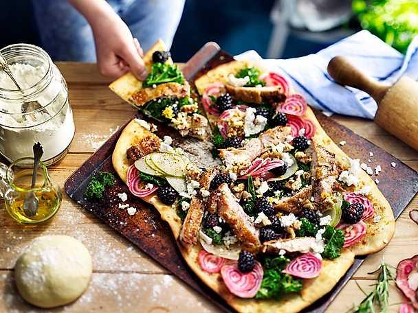 Pizza bianco med kyckling, päron, getost och grönkål