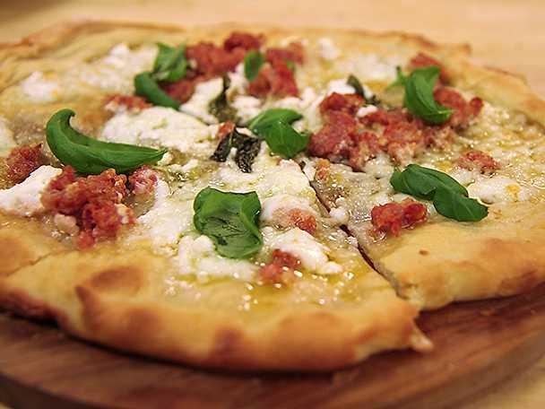 Pizza bianco med mozzarella, ricotta och salsiccia