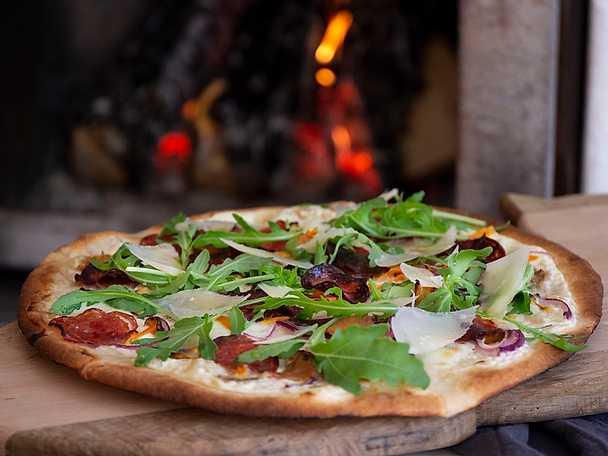 Pizza bianco med tryffelsalami och höstsvamp