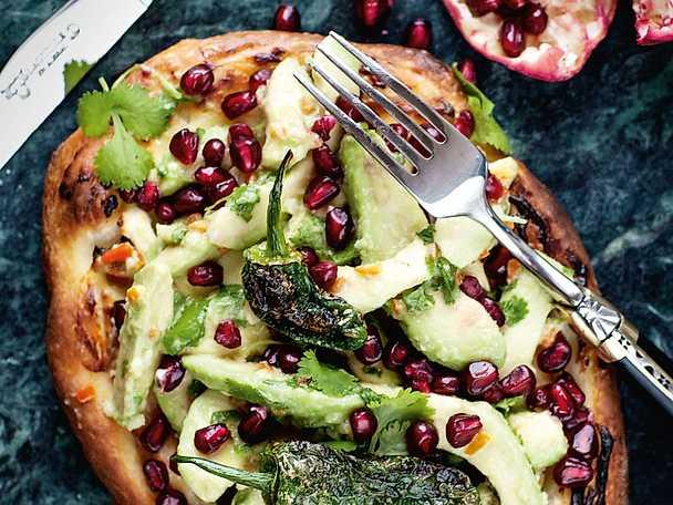 Pizza med avokadosalsa, granatäpple och padrones