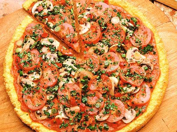 Pizza med färska tomater och champinjoner