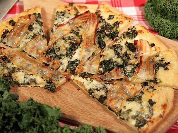 Pizza med grönkål, pancetta och ädelost