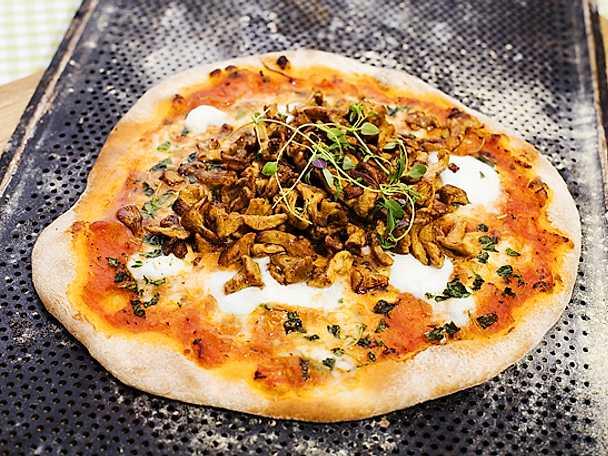 Pizza med kantareller och mozzarella