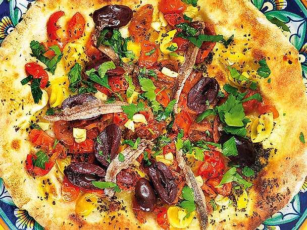 Pizza med körsbärstomater, sardeller och oliver