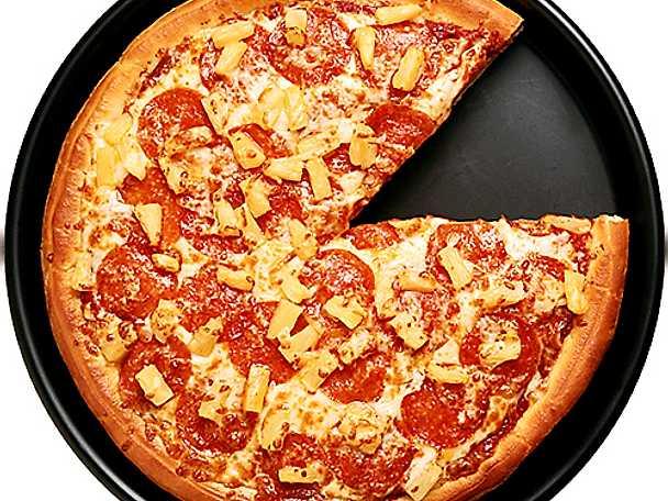 Pizza med pepperoni och ananas