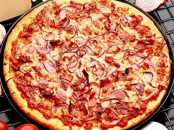 Pizza med rödlök och bacon