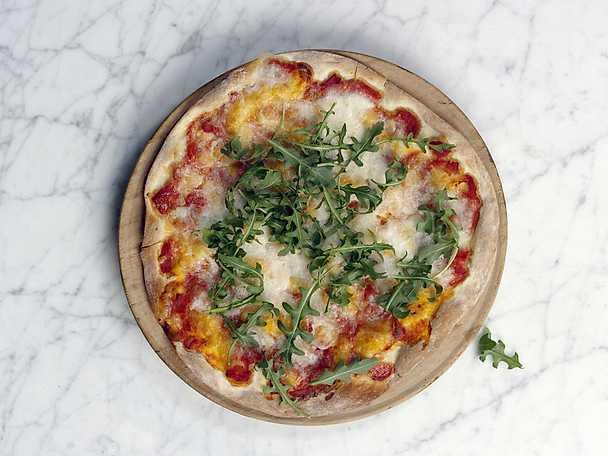 Pizza med rucola, salladslök och parmesan