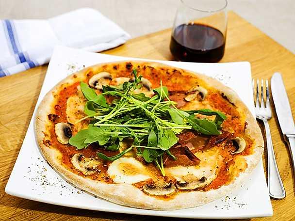 Pizza med skinka, champinjoner och mozzarella