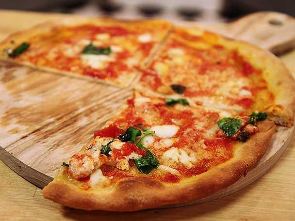 Pizza med tomat, mozzarella och basilika