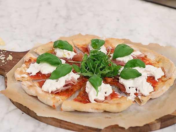 Pizza med tomat, parmesan, burrata och lufttorkad skinka