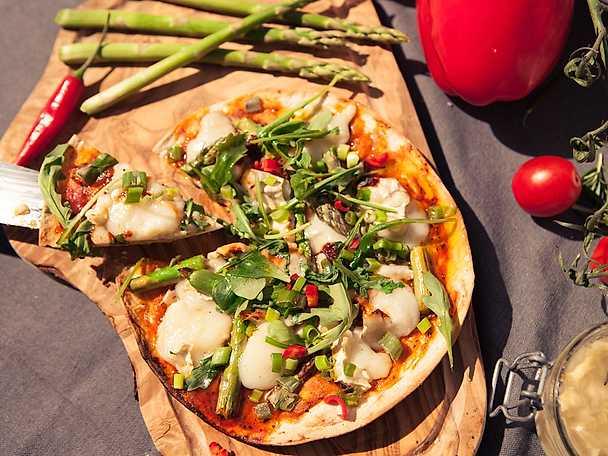 Pizza på grillen med chèvre, grillad sparris och vitlök