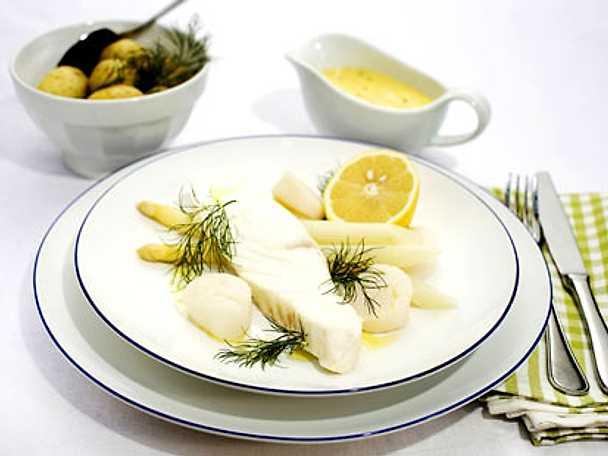 Pocherad hälleflundra med pilgrimsmussla, hollandaisesås och vit sparris