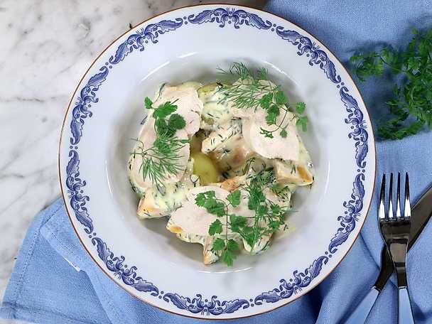 Pocherad kycklingfilé med dillstuvade knippmorötter och färskpotatis