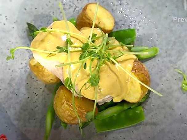 Pocherad rödtunga med brynt hollandaise, rostad potatis och blancherade grönsaker
