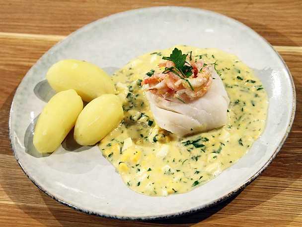 Pocherad torsk med äggsås och räkor