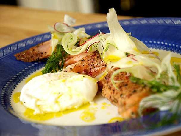 Pocherat ägg med kryddrökt lax