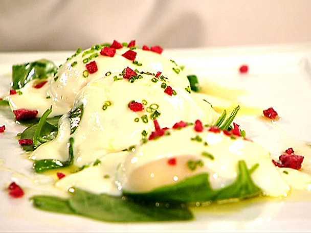 Pocherat ägg med smörstekt spenat och blomkålskräm