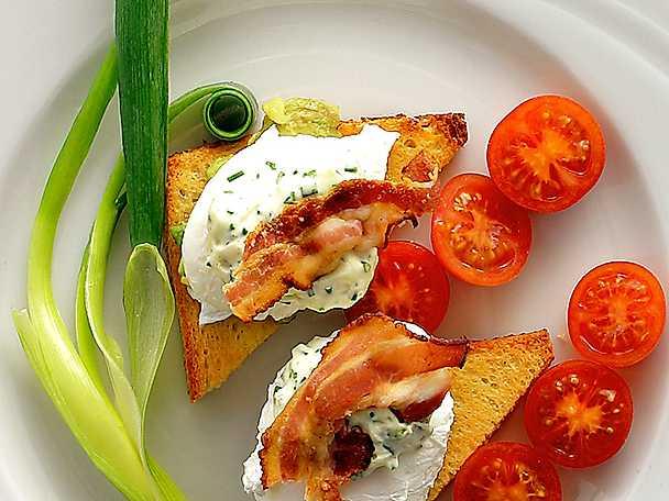 Pocherat ägg på toast med avokado och bacon