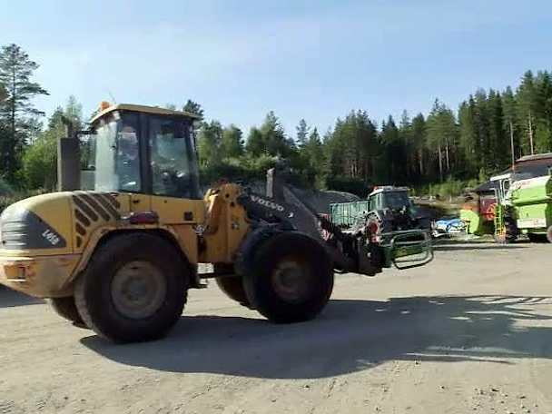 Poon åker traktor för första gången