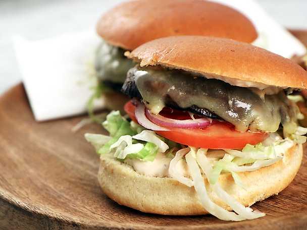 Portabelloburgare med cheddarost och hamburgerdressing