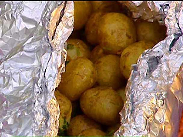 Potatis i folie på grillen