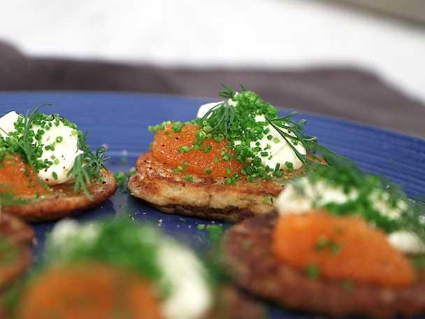 Potatis-och dillplättar med rom och smetana
