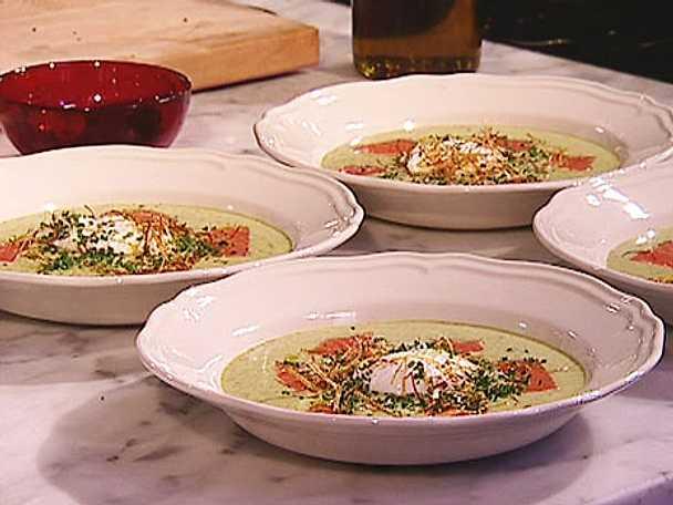 Potatis och purjolöksoppa med rökt lax och pocherat ägg
