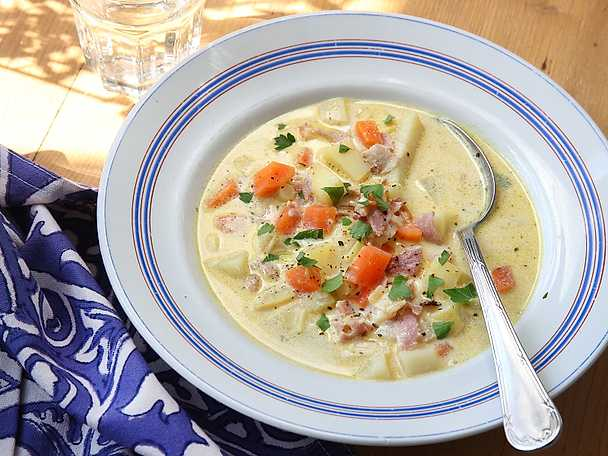 Potatis- och purjolökssoppa med kalkonbacon