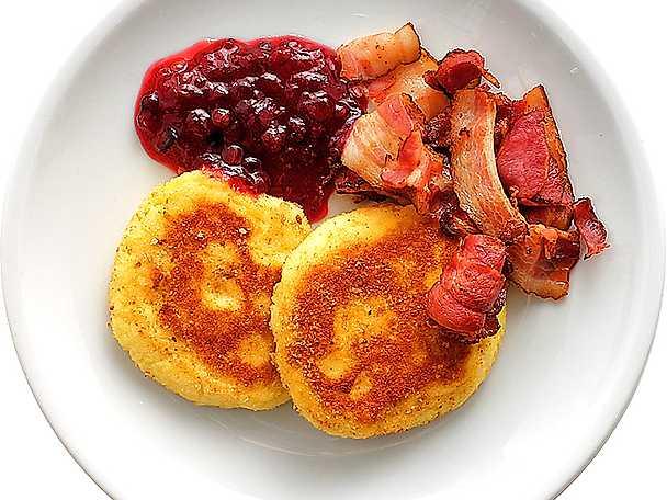 Potatisbullar med bacon och lingon