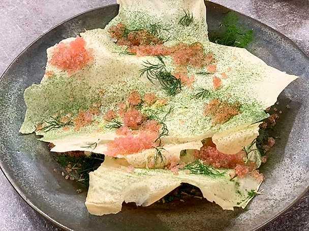 Potatischips med gravad stenbitsrom, smetana och lök