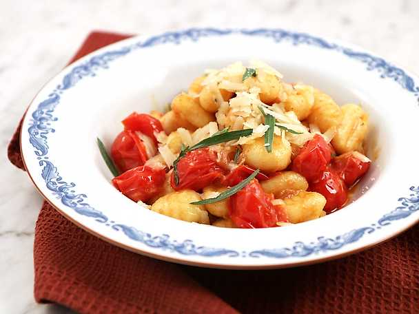 Potatisgnocchi med färska tomater, sardeller och dragon