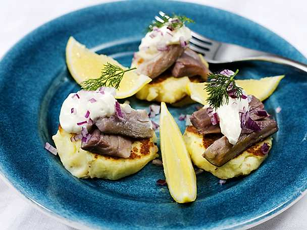 Potatisplättar med matjessill, crème fraîche och dill