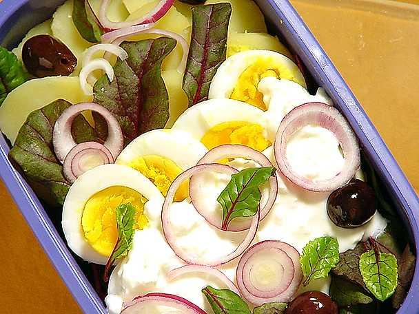 Potatissallad med ägg och mangoldskott