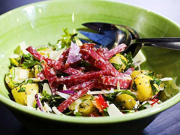 Potatissallad med salami, ruccola och gröna oliver