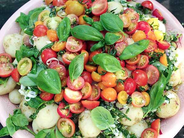 Potatissallad med tomater, spenat och dill
