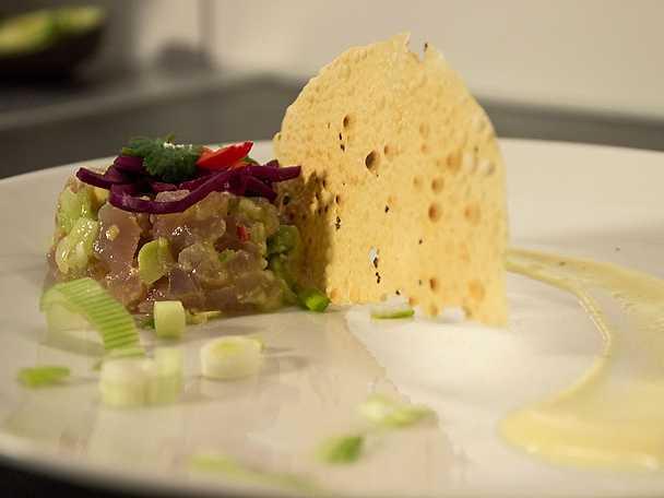 Puckad tonfisk från Indien hälsar på Sverige, serveras med papadums och rödkål