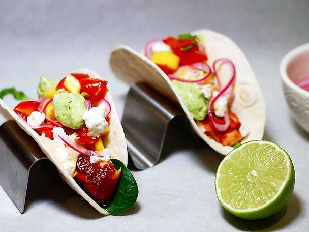 Pulled salmon taco med mangosallad, avokadokräm och picklad lök