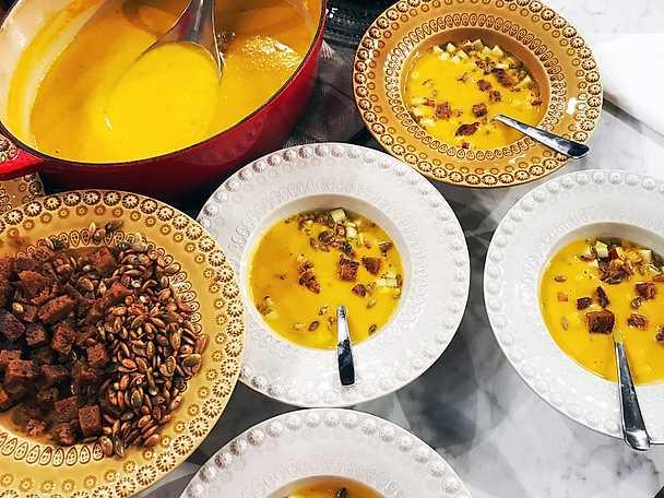 Pumpa- och morotssoppa med saltade pumpakärnor och krutonger