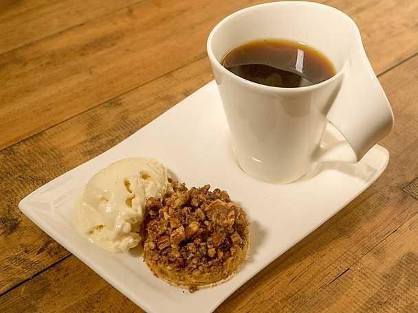 Pumpapaj med pecannötsströssel med hemgjord vaniljglass