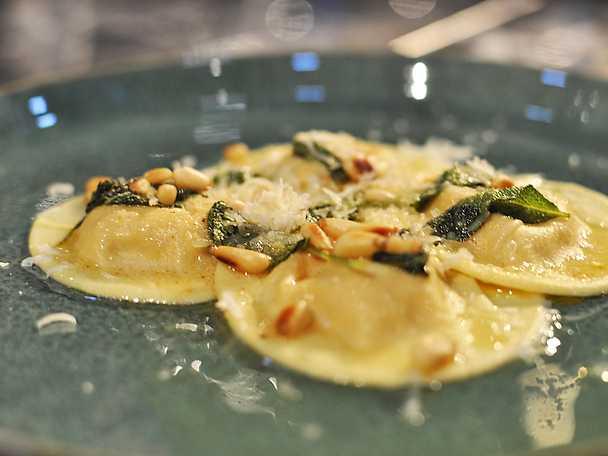 Pumparavioli med salviasmör och rostade pinjenötter
