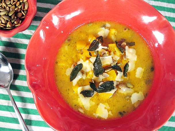 Pumpasoppa med parmesan och salvia