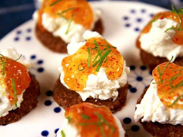 Pumpernickel med getostkräm och aprikosmarmelad