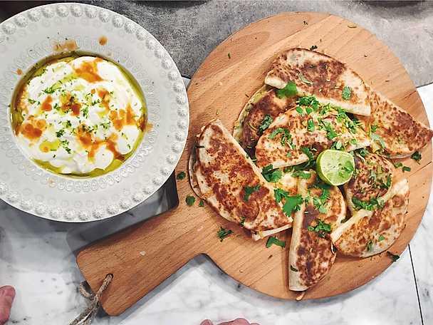 Quesadilla med potatis, vårlök, lagrad ost och krasse