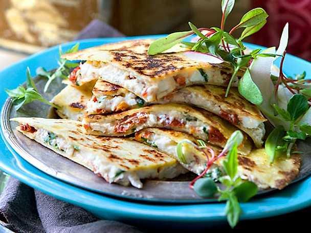 Quesadillas med fetaost och mandelspån