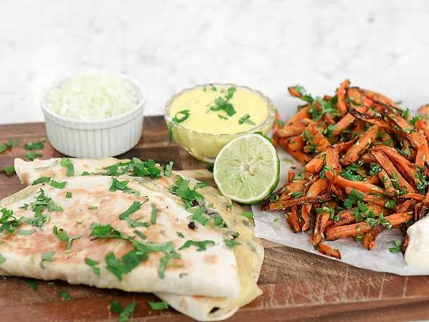 Quesadillas med gul chilisås och morotspommes