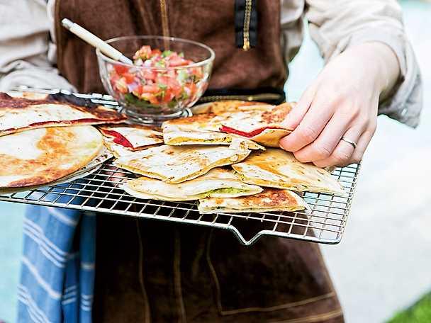 Quesadillas med inlagd rödlök, hummus, kokosbacon eller paprikaröra