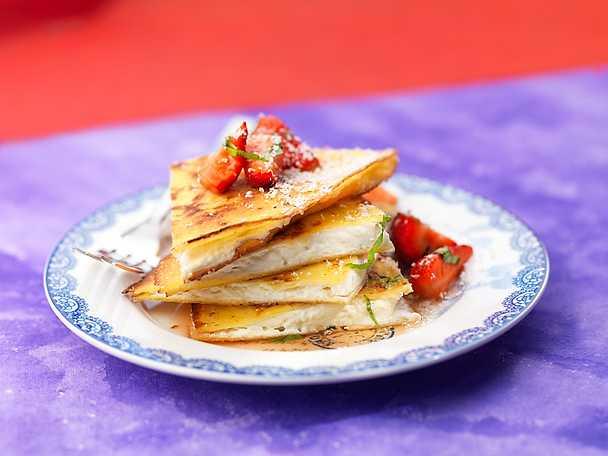 Quesadillas med vit choklad, jordgubbar och basilika