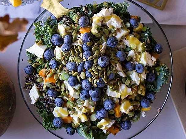 Quinoasallad med blåbär och senapsdressing