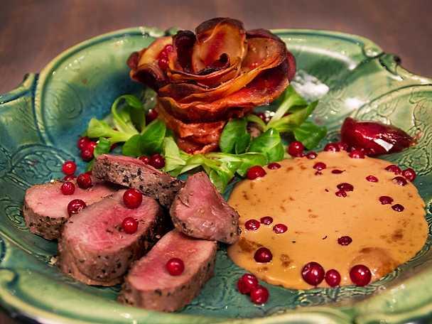 Rådjursrygg och baconinlindad potatisros