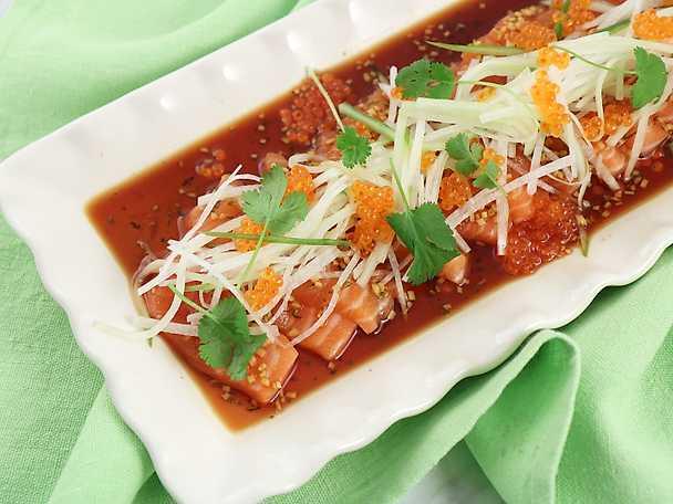 Rå lax med sojadressing, gurka och rättika
